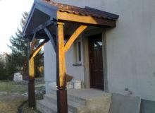 Drewniane zadaszenie wejścia do budynku
