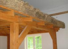 Drewniana konstrukcja wewnątrz budynku