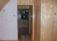 drewniane wnętrze domku letniskowego