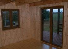 Wnętrze drewnianego domku letniskowego